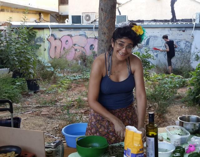 הילה הראל בגינה הקהילתית שהיא מטפחת במסירות. רחוב הרבי מבכרך, 19 באוגוסט 2015