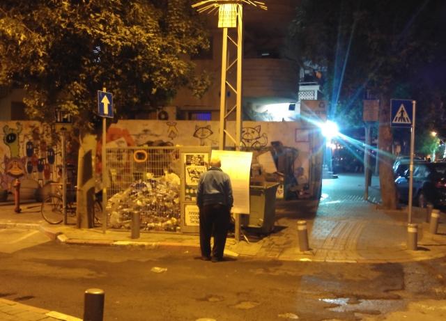 תושב מנסה לרדת לעומקו של השלט שתלתה העירייה ומפרט את תוכנית המתאר. פלורנטין פינת בן עטר, 11 בדצמבר 2015