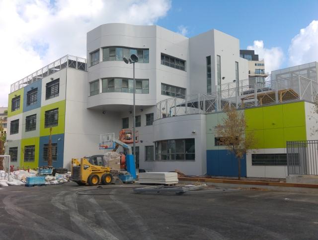 בית הספר החדש שקם על חורבות הגינה, כמעט מוכן. רחוב הנגרים, 9 ביוני 2016
