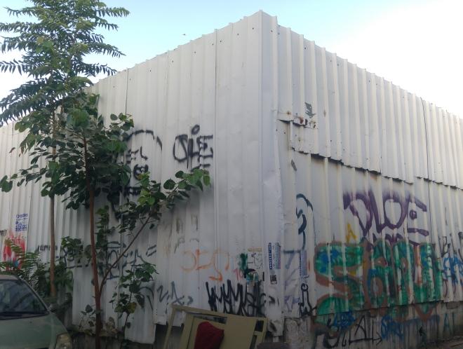 גדרות הפח הגבוהות שהגדירו את גבול הסמטה, 17 ביולי 2016