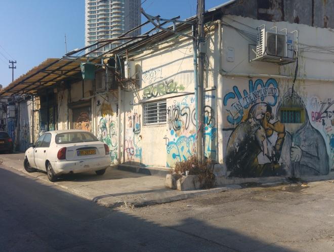 המשך הגבול המערבי של חלקה 31: רחוב קומפרט מהכניסה לסמטה 1253 עד סמטה 1252 (מגדל נוה צדק ממשיך להשקיף מלמעלה)