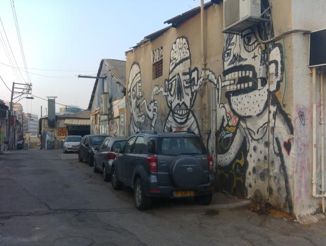 הגבול המזרחי של חלקה 31: רחוב תשע. מבט לכיוון דרום. לציור הקיר הגדול אחראי אמן הרחוב הפורה DIOZ