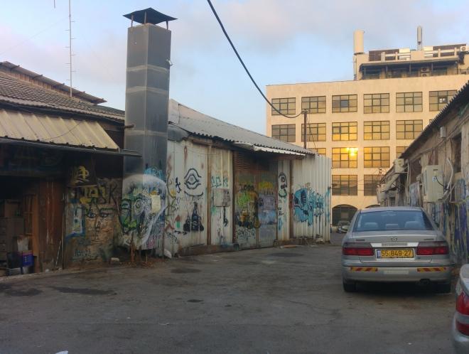 הסמטה החוצה, סמטה 1252, במבט לכיוון מערב (באופק בניין המרכז הקהילתי לבריאות הנפש על רחוב קומפרט)