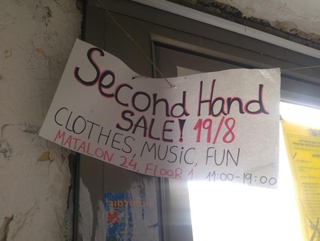 בגדים, מוזיקה, כיף. שלט שנותר על דלת הכניסה לבניין, 23 באוגוסט 2016