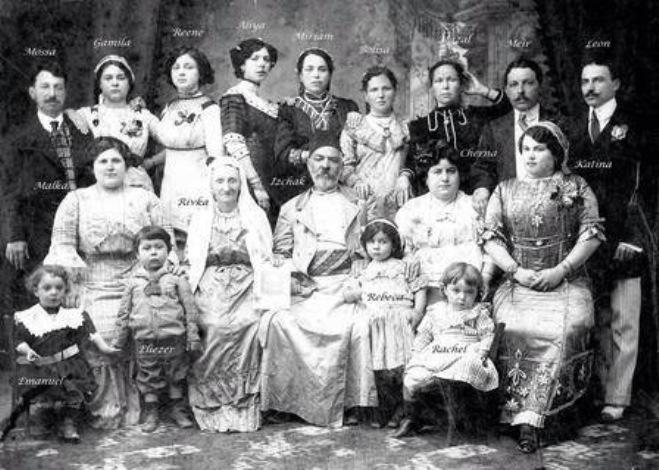 יצחק ורבקה מטלון עם כל צאצאיהם, ביפו ב-1911. הבן משה עומד ראשון משמאל (צילום באדיבות מוריאל מטלון)