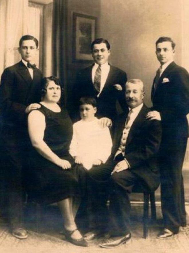 משפחת מטלון בביתם ברחוב הרצל 51. עומדים (מימין לשמאל) הבנים: עמנואל, אליעזר ונתנאל. יושבים: האב משה, הבן הצעיר עוזיאל והאם מלכה, ככל הנראה ב-1931 (צילום באדיבות מוריאל מטלון)