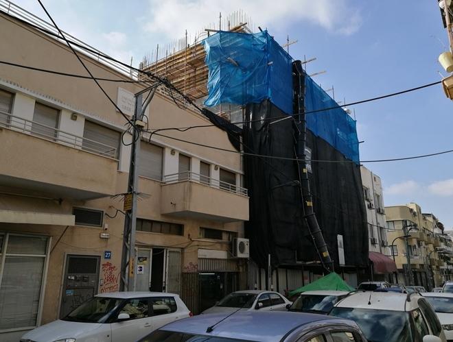 צפוף. משמאלו של הבניין העטוף ניצב בניין מ-1933. רחוב החלוצים 29, 18 ביולי 2017