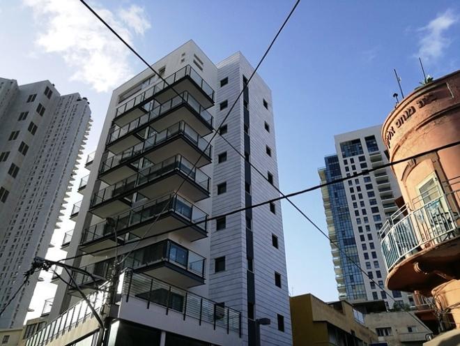 מבט מרחוב לוינסקי. משמאל: מגדל נוה צדק, מאחור: מגדל ליבר, ומימין: בית מנחם אליוף, שריד מפלורנטין שהיתה