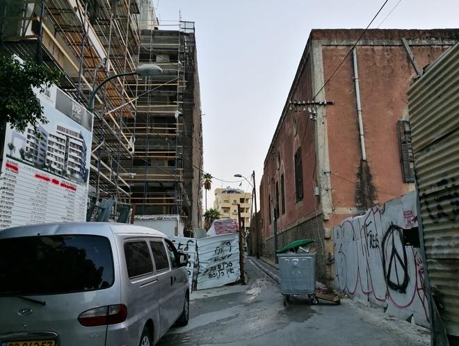 רחוב חזנוביץ סגור לתנועה. מימין: בית הבאר. משמאל: שני בנייני הענק, 8 באוקטובר 2017