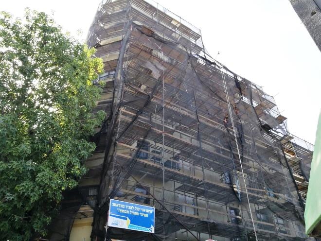 הבניין המכוסה עד לקומות הגבוהות. 25 ביולי 2017