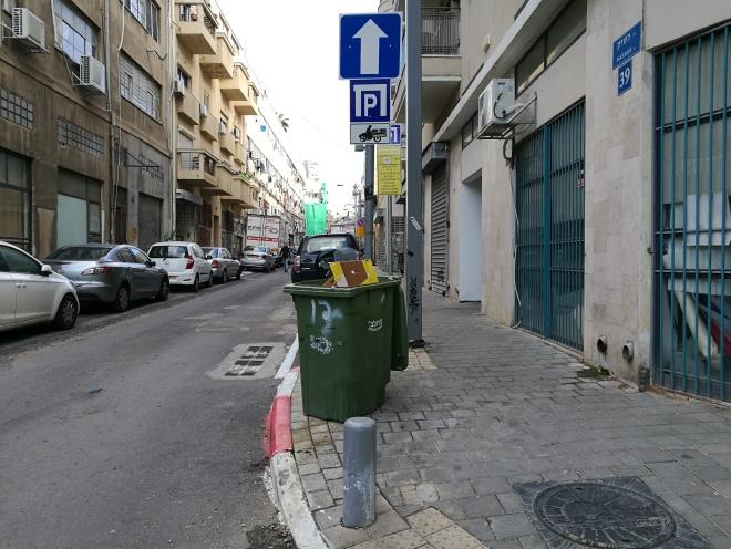 פח האשפה מעבר לרחוב. למי הוא שייך? 16 בינואר 2018