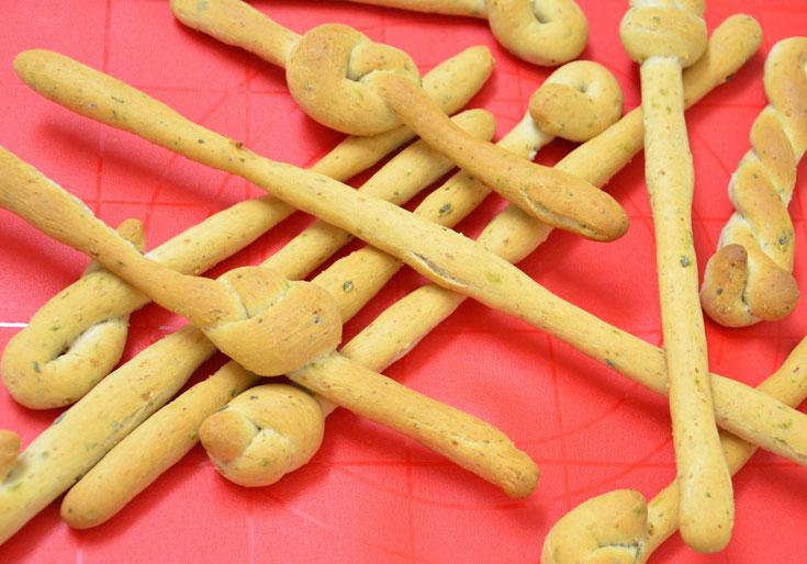 יש גם טיפ להחייאת אגוזים. מקלות הלחם (צילום: חני הראל)