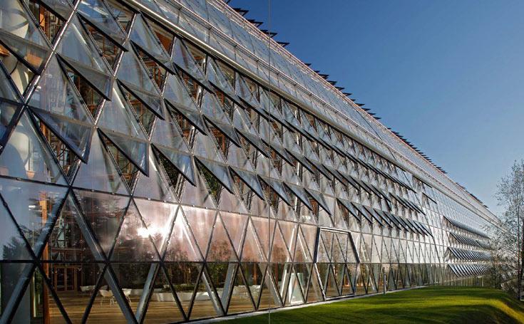 בנק ההשקעות האירופי, EIB, בלוקסמבורג. החניון קטן מכדי להכיל את מכוניות העובדים, בכוונה (צילום: Ingenhoven architecht )