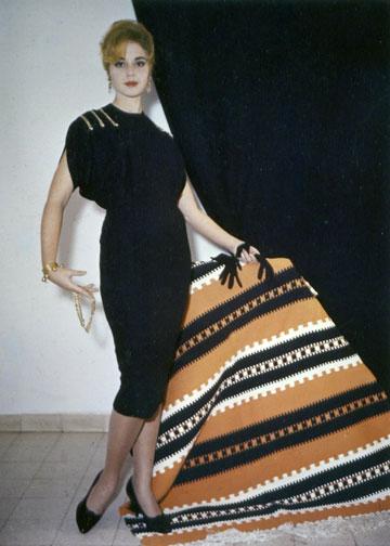 ''המילה אופנה באה מהמילה אופן. כלומר, תמיד יש אופן וסיסטמה של לבוש'' (צילום: מתוך הספר 'צרופות בכור היתוך' מאת יעל גילעת)
