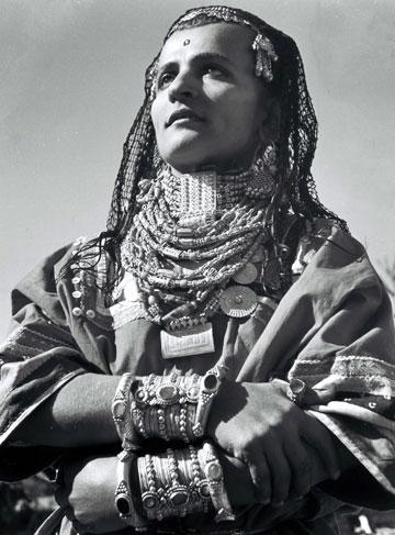 תימנייה חבנית בלבוש מסורתי, 1946, מתוך התערוכה ''דיוקן תימני'' (צילום: זולטן קלוגר, 1958-1933, ארכיון לשכת העיתונות הממשלתית ירושלים )