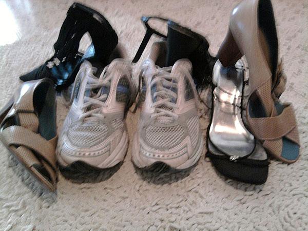 4 מגירות מלאות נעליים שלא אלבש. והסקוני - היחידות שמחזיקות (צילום: מיה אילוז)