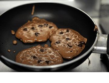 אפשר לפזר על הפנקייקס שוקולד צ'יפס בזמן הטיגון (צילום: טל אברזל)