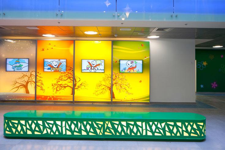 העיצוב נועד ליצור חוויה שתתן תחושה של מלון, שתשכיח מהילד את הימצאותו בבית חולים, אומרת האדריכלית האחראית על עיצוב הפנים (צילום: טל ניסים)