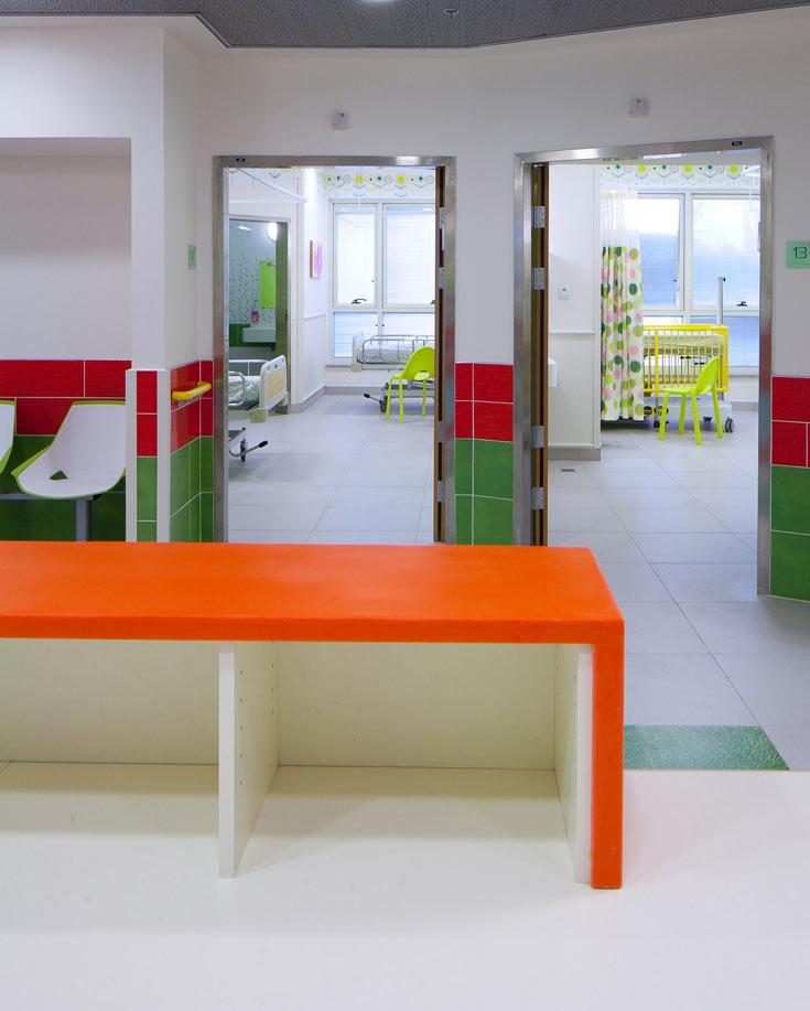 מבט מתחנת האחות אל כמה מהחדרים. דגש על הקשר בין הילד לצוות הרפואי (צילום: טל ניסים)