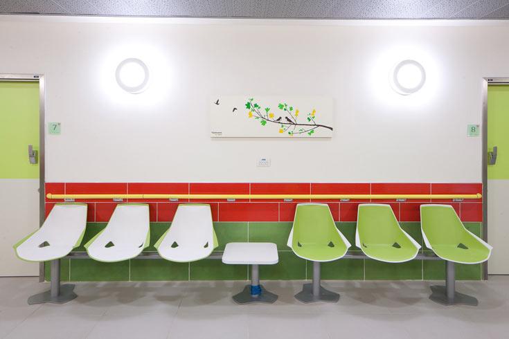 הדפסים של צמחים נמצאים בחדרים ובמסדרונות  (צילום: טל ניסים)