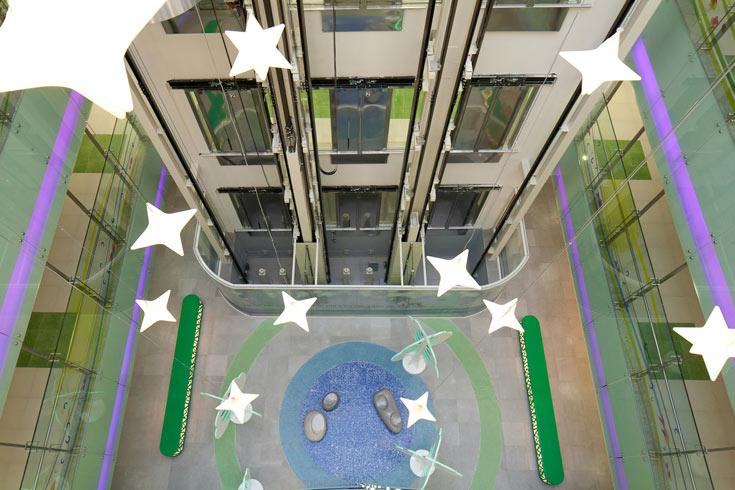 מבואת הכניסה פותחת חלל גבוה (18 מטרים) המואר מבעד לחלונות ובעזרת מנורות-כוכבים התלויות מהתקרה (צילום: טל ניסים)