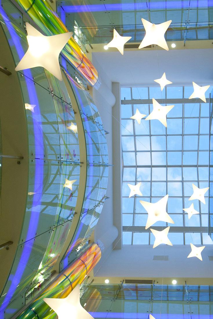 הקומה הראשונה היא קומת החורף הכחולה. אפשר לעלות ממנה בשלוש מעליות שקופות או במדרגות (צילום: טל ניסים)
