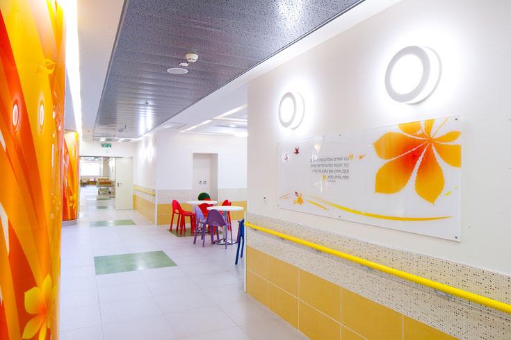 קומה 4 היא קומת הסתיו, המתאפיינת בצבע כתום. מחלקה כירורגית ואורטופדית ילדים (צילום: טל נסים)