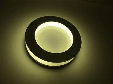 המנורה העגולה מייצגת את מעגל העונות והחיים (צילום: מיכאל יעקבסון)