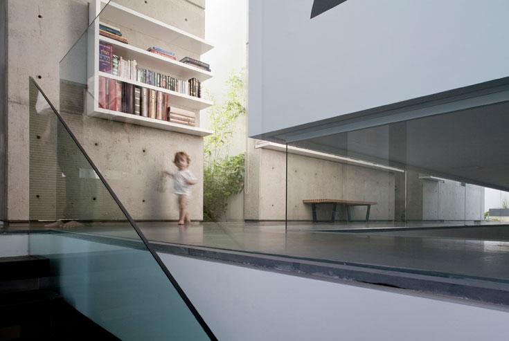 פתחי הזכוכית והמעקות מאפשרים קשר עין ונוחים במיוחד להורים, שילדיהם הקטנים משחקים בקומת המרתף (צילום: עמית גרון)
