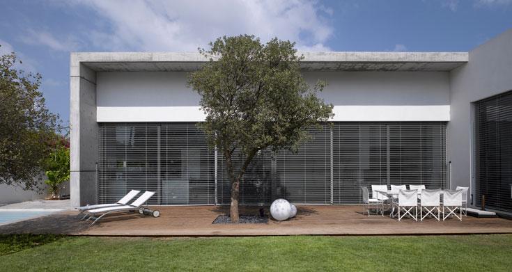פתח גדול בין הסלון לגינה מאפשר קשר מקסימלי בין הפנים לחוץ (צילום: עמית גרון)