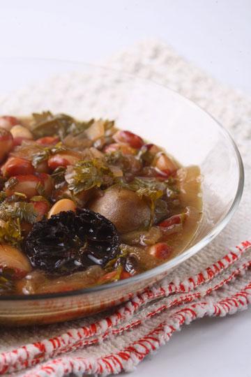 מלא בכל טוב. מרק שעועית ועשבים פרסי (צילום: כפיר חרבי)