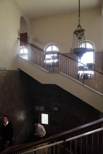 חדר המדרגות בישיבת פוניבז' (צילום: אמית הרמן)