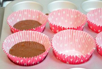 רצוי להניח בשקעי התבנית מנז'טים, שייצבו את העוגות (צילום: חני הראל)