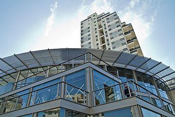 המרכז המסחרי בשכונה (צילום: יניב ברמן)