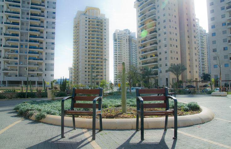 הטרנד העיצובי של השכונות החדשות בישראל הוא אוסף מקרי של בניינים מסביב לפארק, כשמחוצה להם יש חניה והכל מוקף בכבישים מהירים ששומר נפשו ירחק מהם (צילום: יניב ברמן)