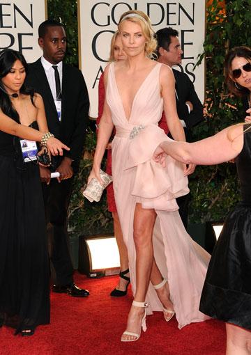 שרליז ת'רון, בשמלה של דיור, מוכיחה שהיא תמיד נראית מיליון דולר (צילום: gettyimages)