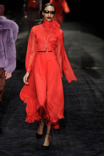 שמלות משי אדומות ונשפכות בתצוגת החורף של גוצ'י (צילום: gettyimages)