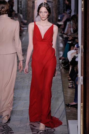 בית ולנטינו לא מוותר על שמלות אדומות. תצוגת סתיו-חורף 2011-12 (צילום: gettyimages)