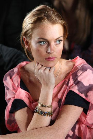 מתבוננת ולומדת. בתצוגת האופנה של שרלוט רונסון, 2008 (צילום: gettyimages)
