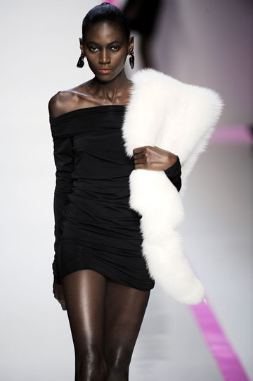 תצוגת האופנה של עמנואל אונגרו, עם לוהן בתפקיד המנהלת הקריאטיבית. הזעיקו את משטרת האופנה! (צילום: gettyimages)