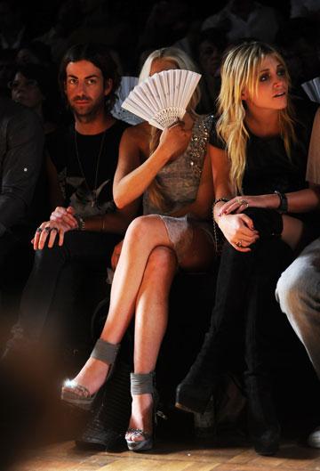 מסתירה את פניה. בתצוגת האופנה של פיליפ פליין, שלו היא משמשת כפרזנטורית (צילום: gettyimages)