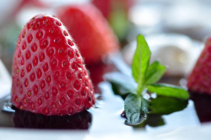 מרק יין אדום עם תותים וקרם מסקרפונה (צילום: דן חיימוביץ')