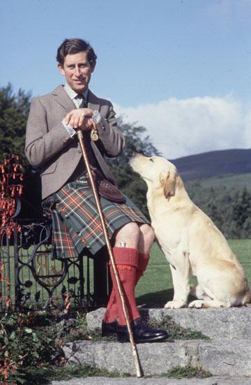 הנסיך צ'ארלס עם חצאית, כלב ומקל. 1978 (צילום: gettyimages)