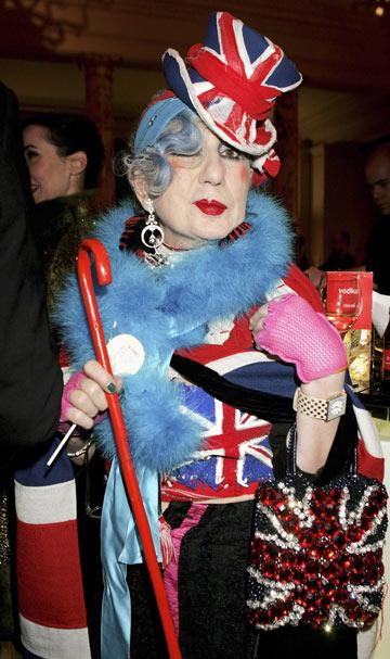 עורכת האופנה אנה פיאג'י מתאימה את המקל לתלבושת (צילום: gettyimages)