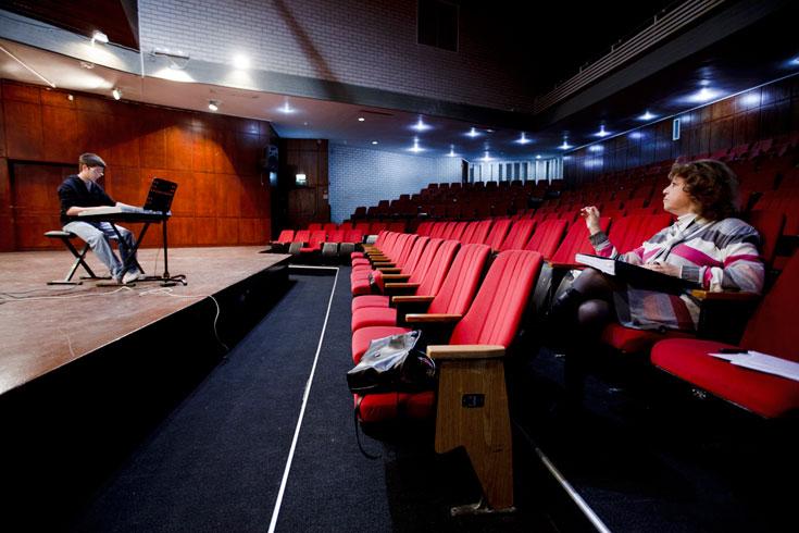 ובאולם המרכזי ע''ש רות הילמן מתכוננים לקונצרט הסיום. לבני סיליקט וציפוי עץ (צילום: רועי אבנטוב)
