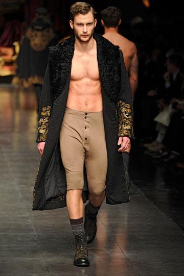 תצוגת האופנה של דולצ'ה וגבאנה לגברים. גבר מי שמתפשט (צילום: gettyimages)