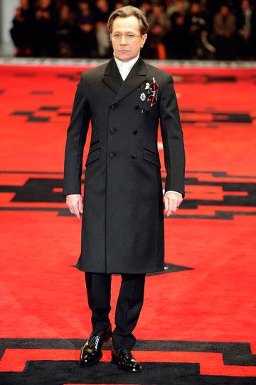 גרי אולדמן בתצוגת האופנה של פראדה. מפגן כוח ראוותני של בית האופנה האיטלקי (צילום: gettyimages)
