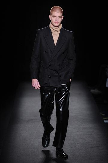 דוגמן ג'ינג'י בתצוגת האופנה של מרטין מרג'יאלה (צילום: gettyimages)