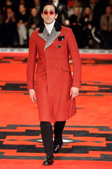 אדריאן ברודי מדגמן בתצוגת האופנה של פראדה. דיון על התקשטות גברית (צילום: gettyimages)