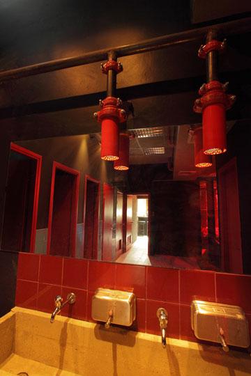 צינורות התאורה בכיור השירותים (צילום: אמית הרמן)